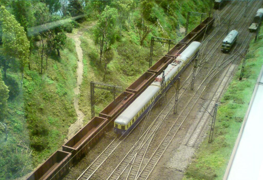 Model pociągu SKM na makiecie, służącej do symulacji prawdziwego ruchu pociągów.