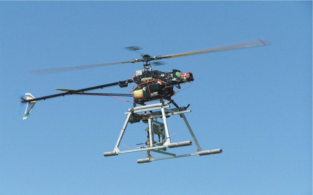 Po lewej: helikopter Eagle.  Po prawej: Przykładowe zdjęcie gmachu głównego PG wykonane przez robota.